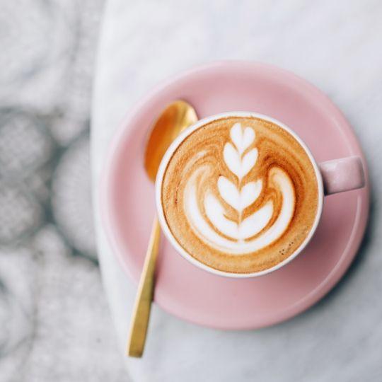 kaffe-i-rosa-kopp